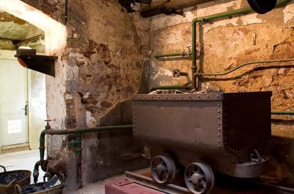 Carboneres, calderes, xemeneia i màquina de vapor