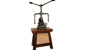 Restauració d'una premsa de cartrons de teler Jacquard